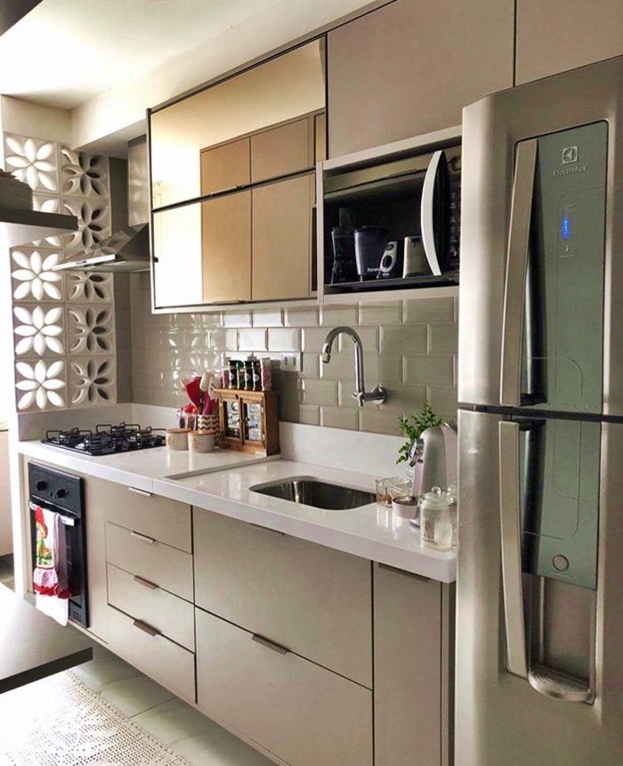 cozinha pequena bege e branca com vidro gold