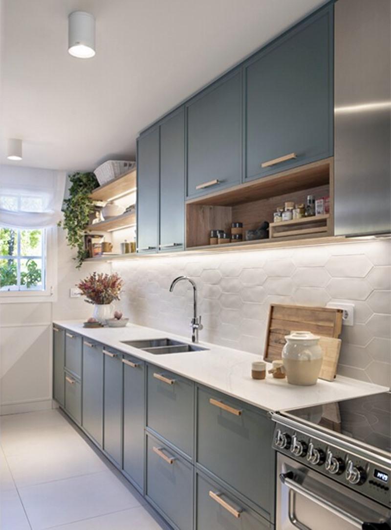 cozinha móveis em azul com boa iluminação