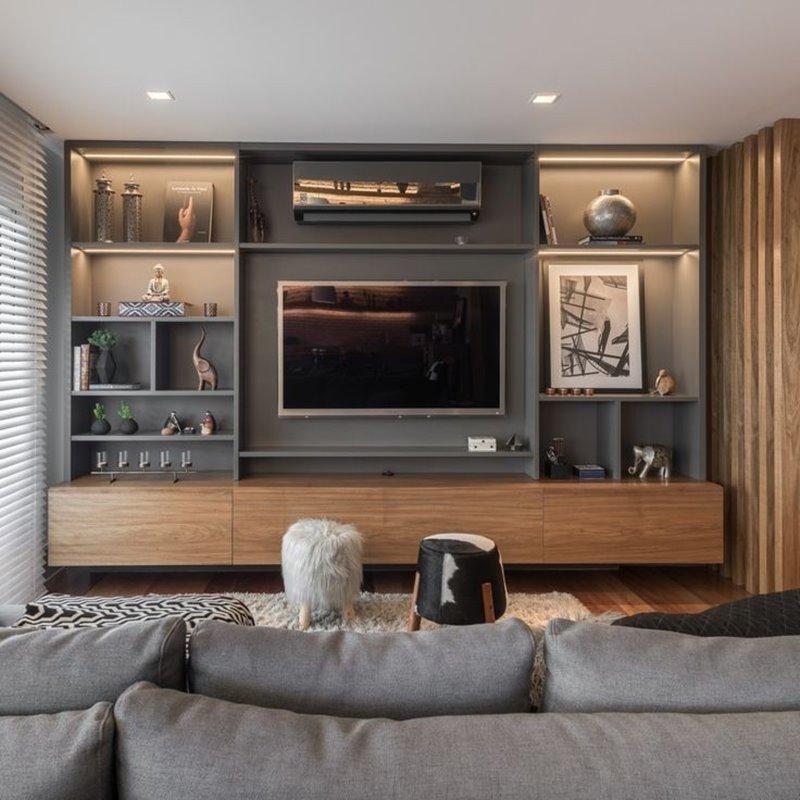 sala de tv com estante iluminada
