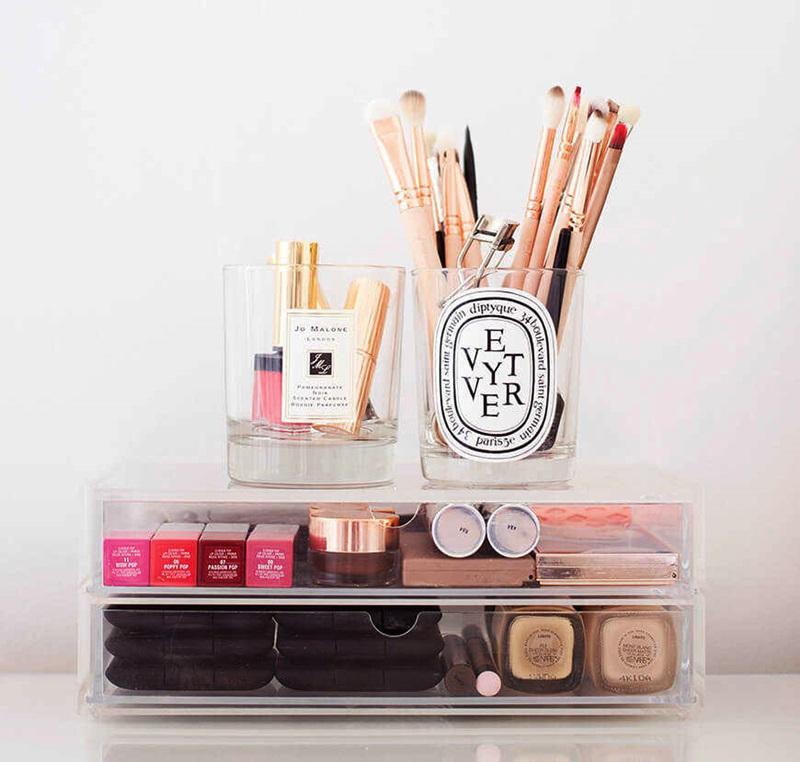 produtos de maquiagem em recipientes