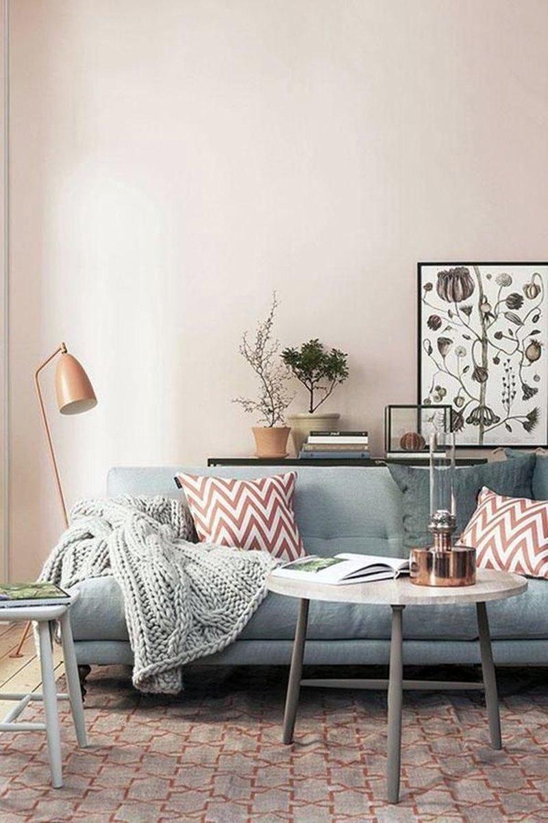 sala de estar sofá azul parede rosa claro