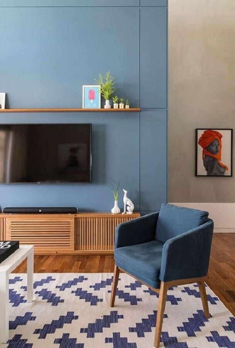 sala pequena com painel de tv azul
