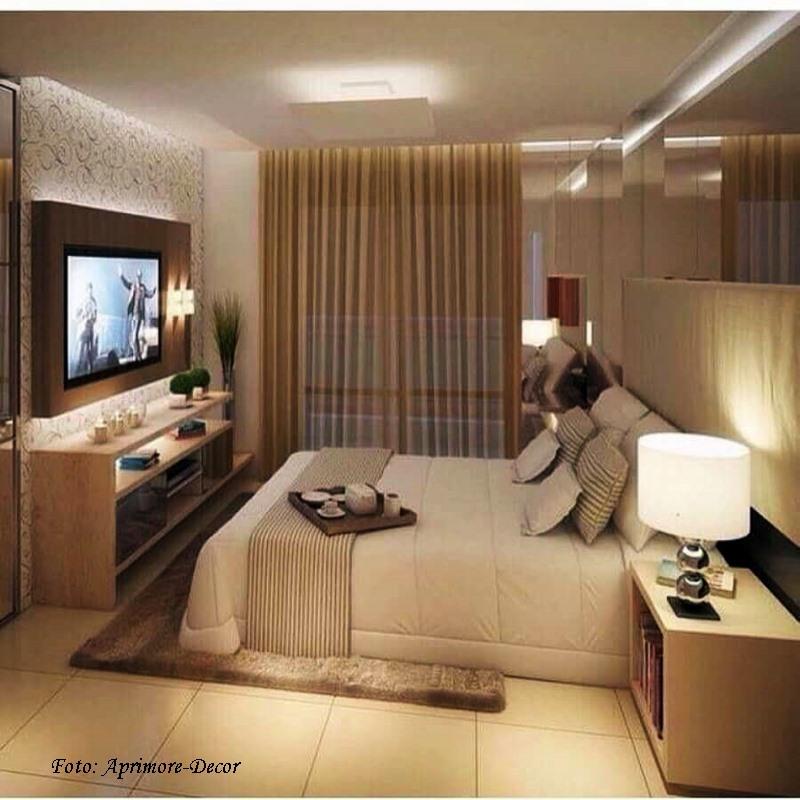 quarto em cores neutras iluminado