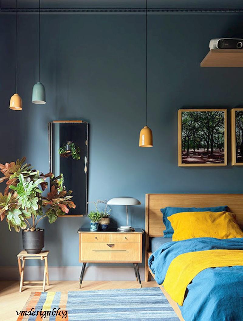 quarto com parede em azul acinzentado e detalhes em amarelo