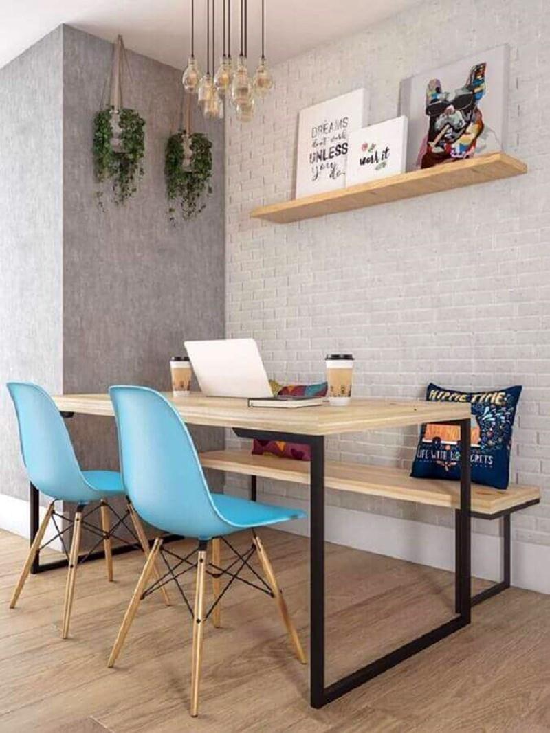 Mesa de jantar com banco cadeiras azuis