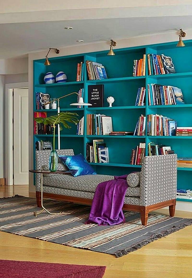 Recamier - estilo clássico - atualizado - em sala com estante azul