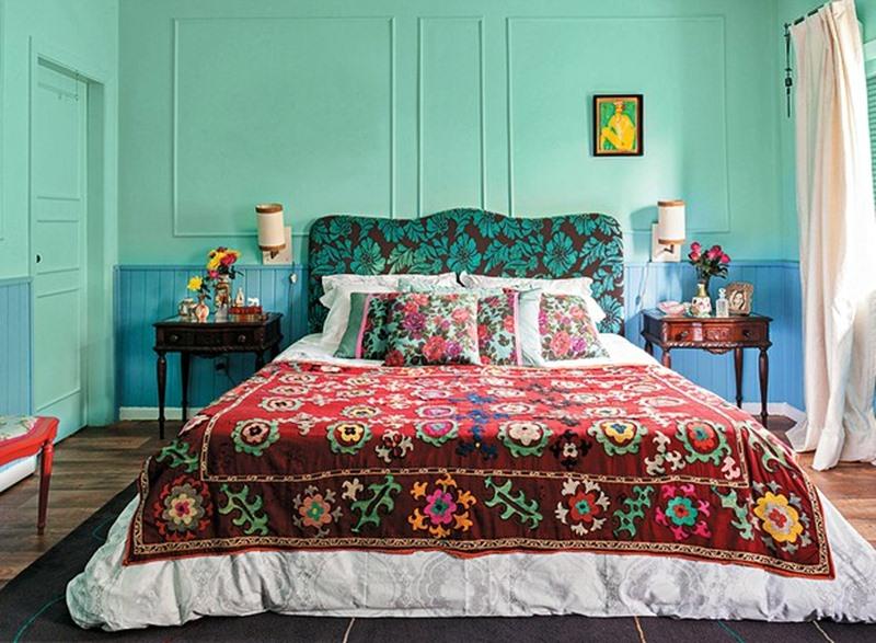 quarto azul e verde com boeserie e móveis clássicos