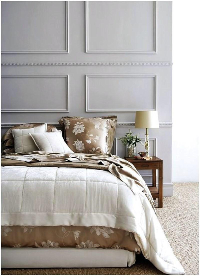 quarto em estilo clássico atualizado, cores neutras, boeserie