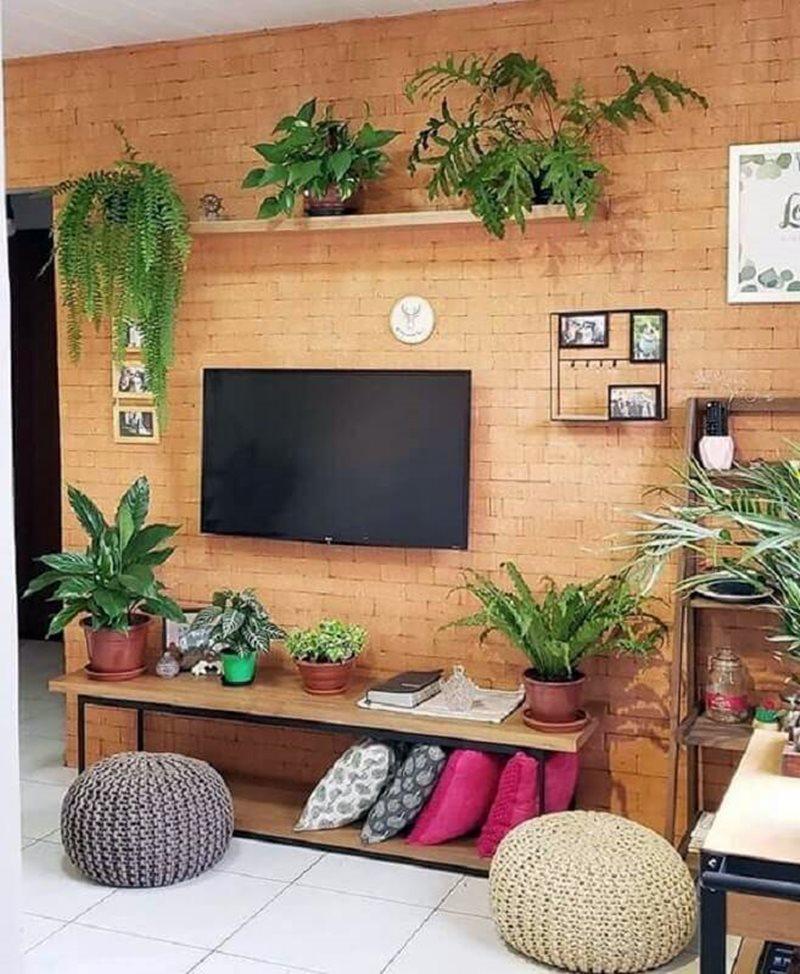Sala com tijolinho e plantas estilo industrial