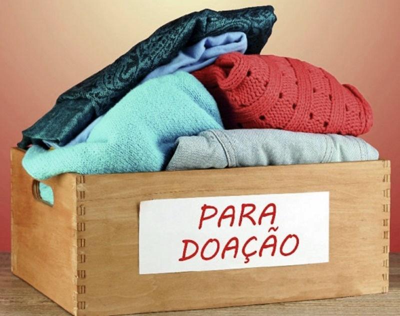 caixa com roupas para doação