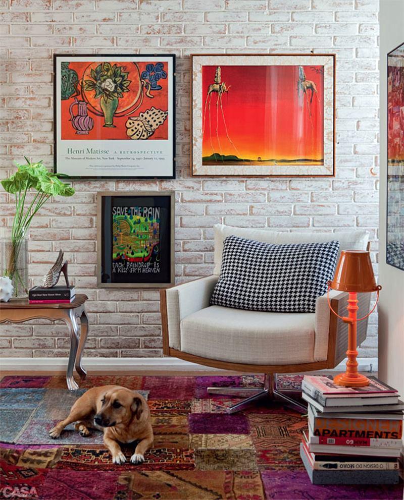 Sala contemporânea com móveis clássicos