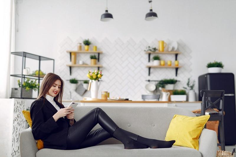 Mulher sentada em sofá em sala clara