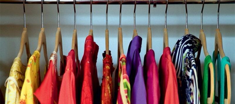 roupas no cabide