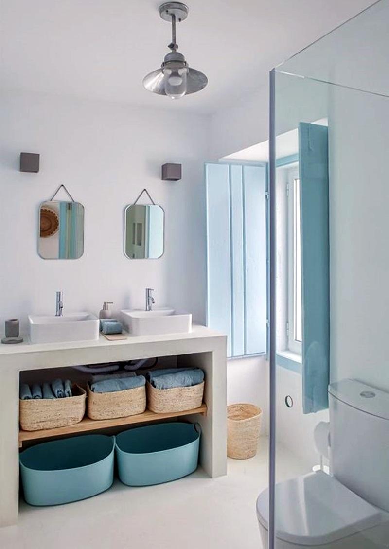 banheiro branco e azul com bancada dupla