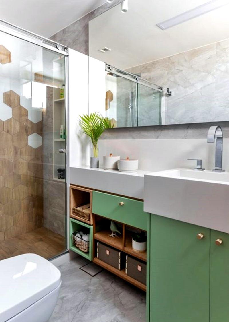 banheiro verde branco e marrom com caixas organizadoras e nicho