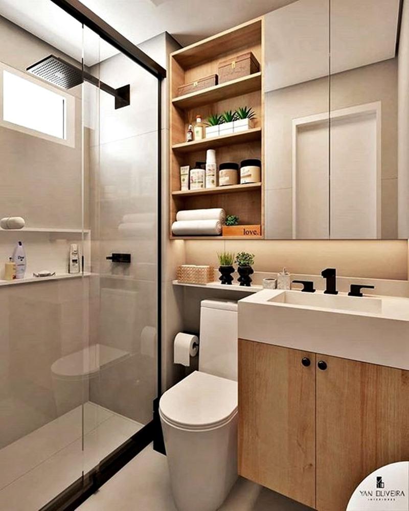 banheiro pequeno com prateleiras e nichos em cores neutras