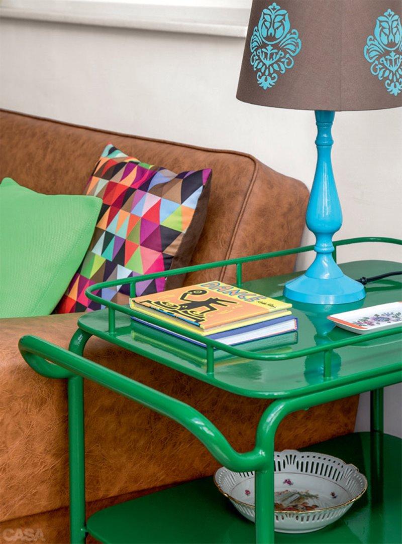 livros na mesinha de apoio na sala