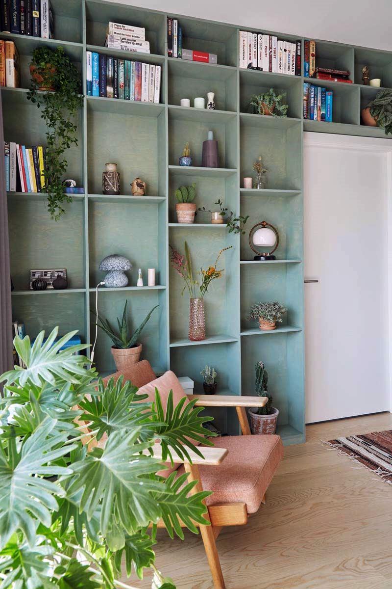 cantinho de leitura com estante e plantas