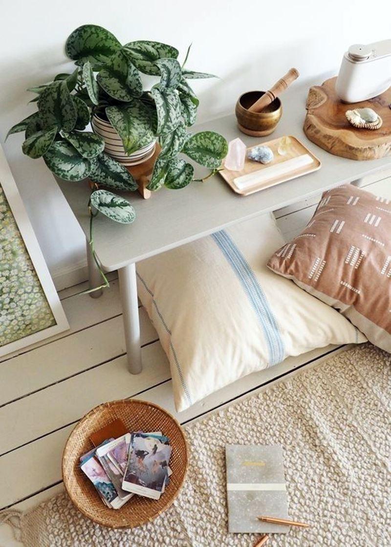 plantas pedras tapetes e almofadas no cantinho zen
