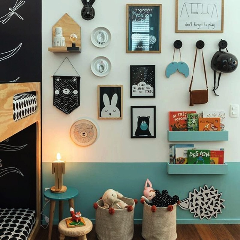 Brinquedos e livros no quarto da criança