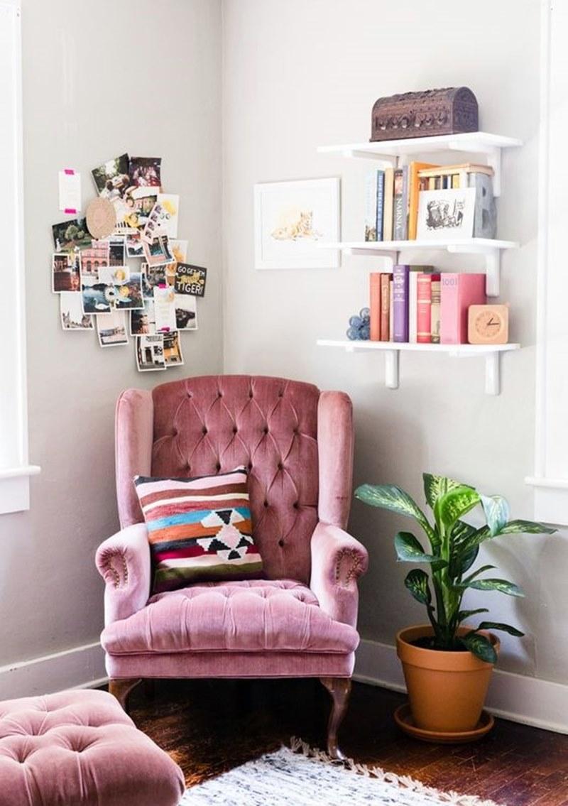 pequeno cantinho de leitura com poltrona rosa