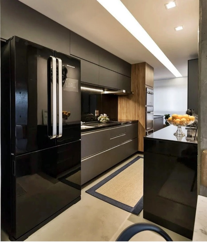 cozinha em preto com geladeira french door