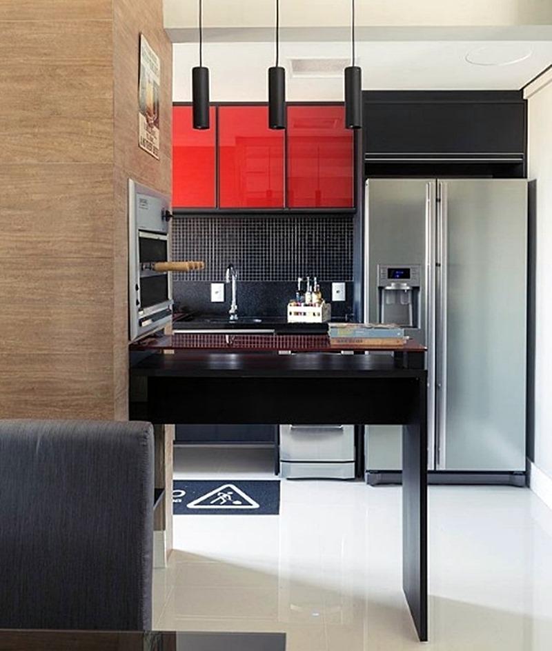 cozinha preta e vermelha com geladeira side by side