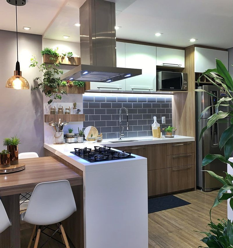 temperos na cozinha branca e madeira