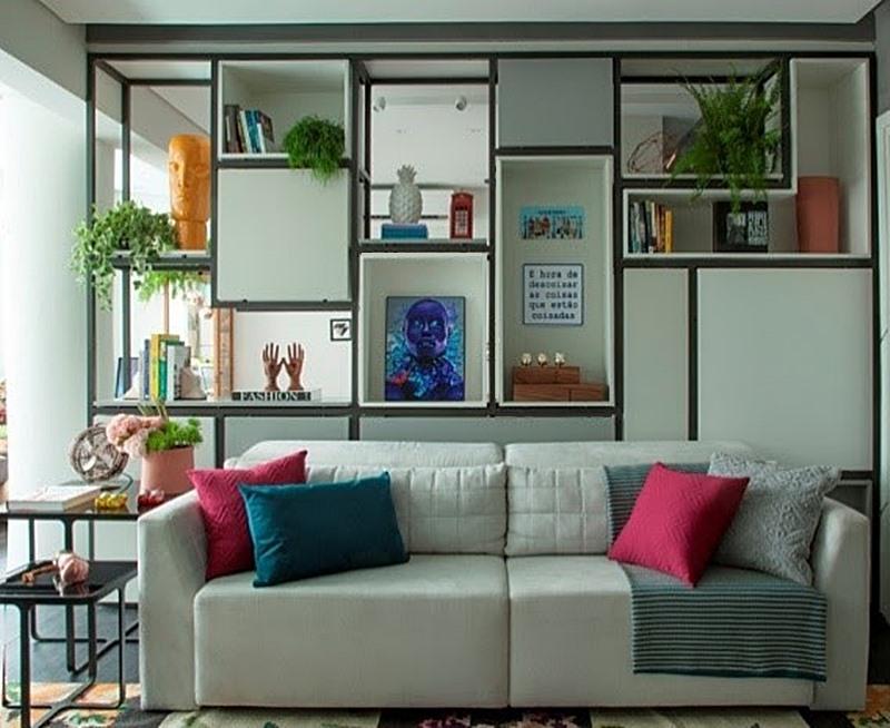 Sala com estante verde e preto sofá claro