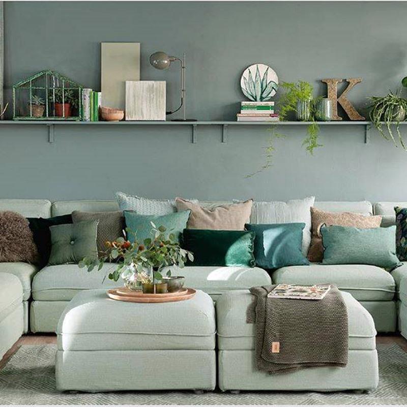 Sala verde com sofá verde claro