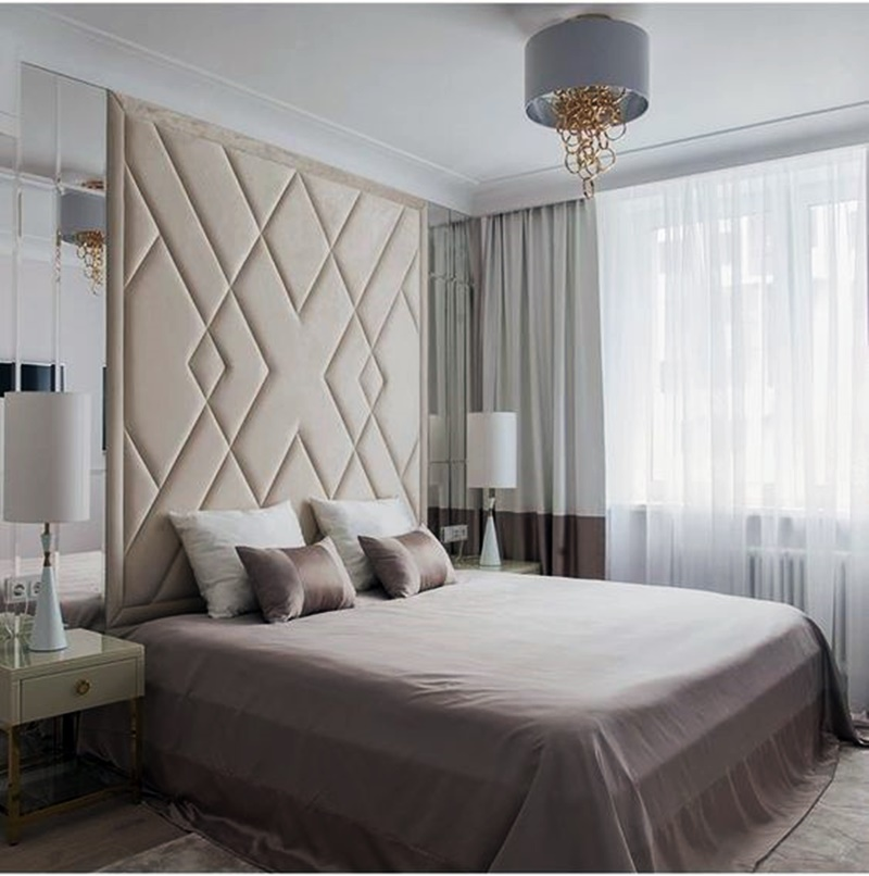 Cabeceira estofada em quarto de casal  em cores neutras
