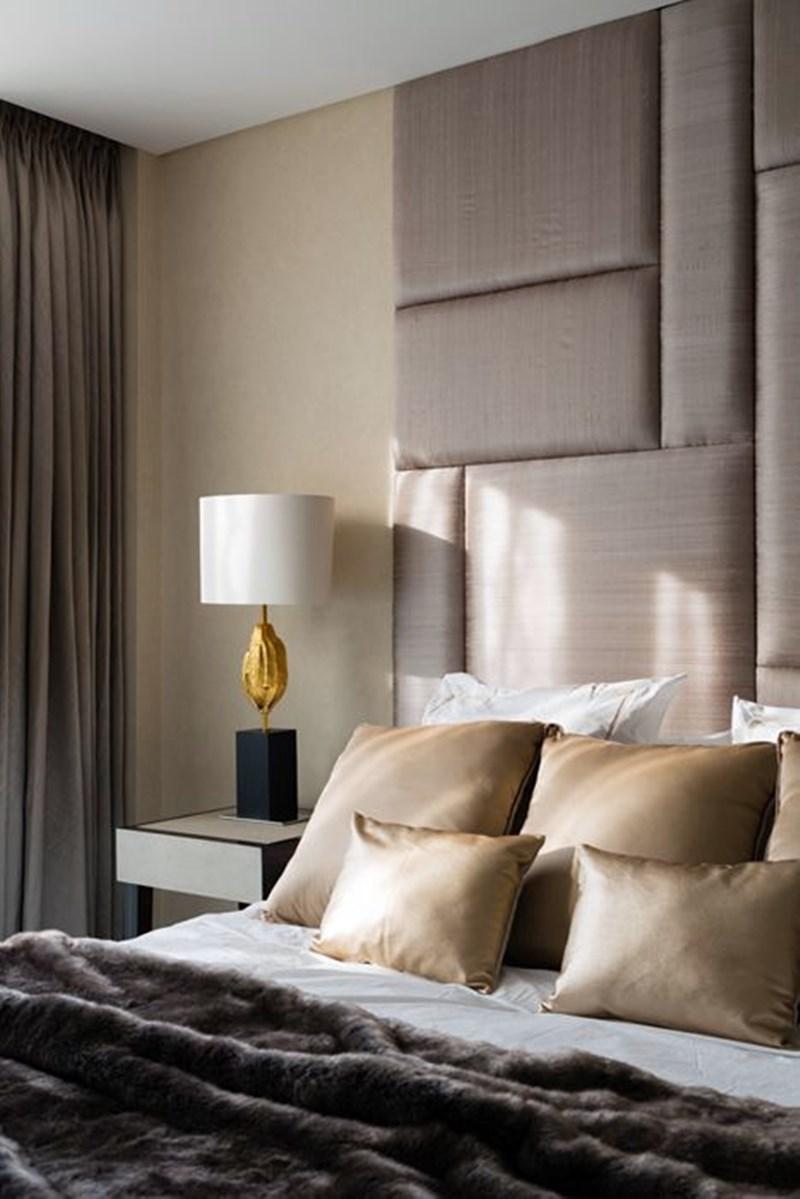 Cabeceira estofada no quarto de casal em cores neutras