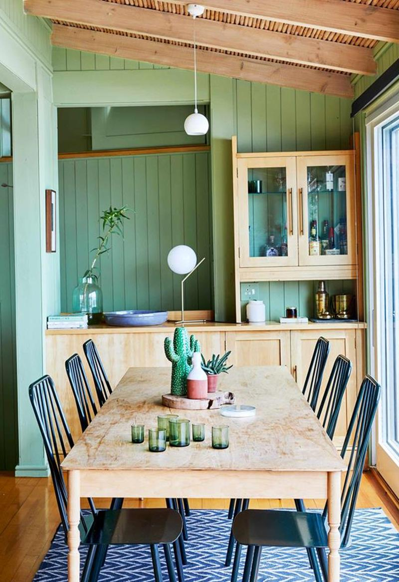 sala de jantar verde com madeira clara
