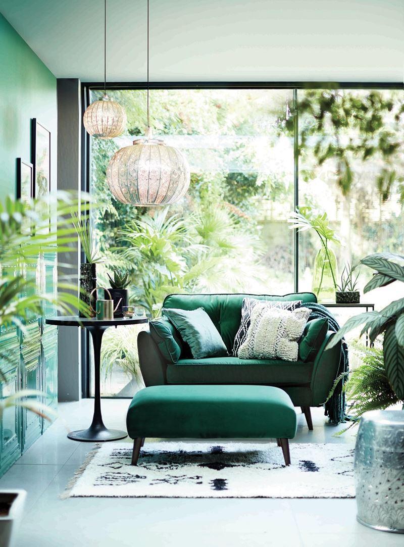 Sala verde clara e azul com sofá verde
