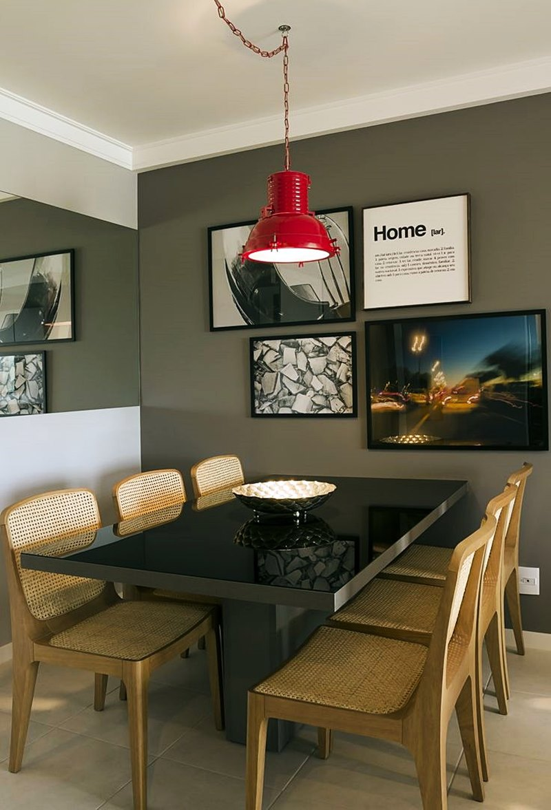 sala de jantar verde escura com cadeiras de palhinha