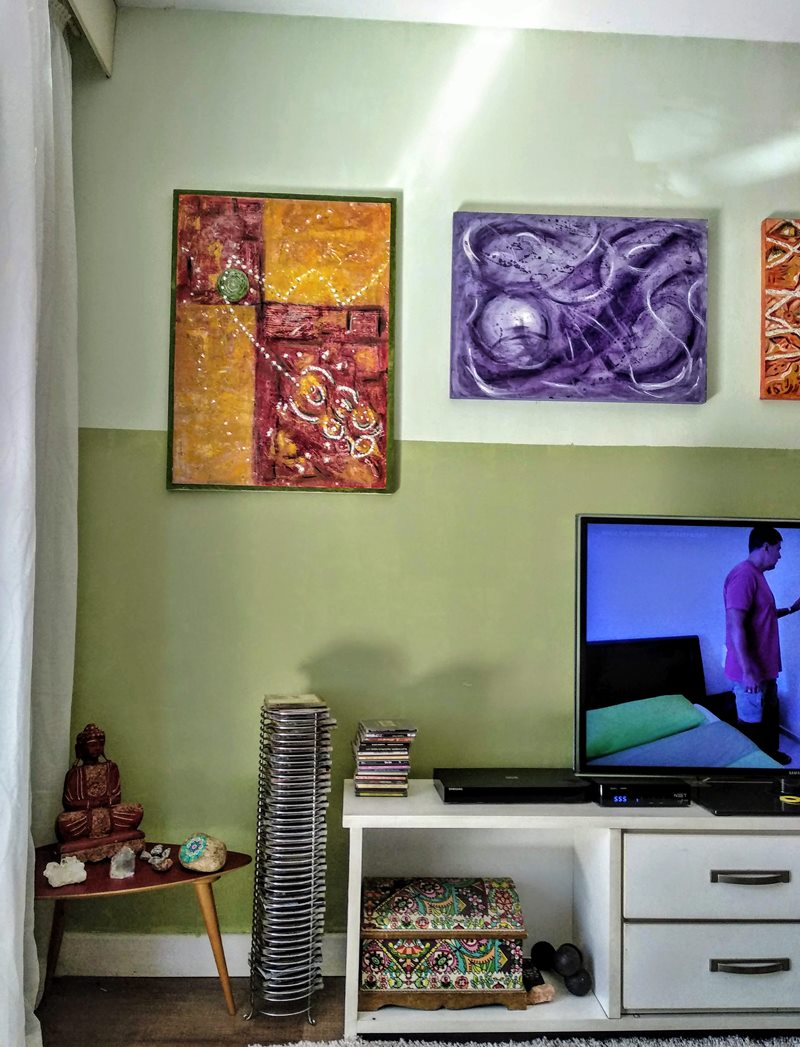 tons de ver de na sala rack e quadros parede em 2 tons de verde