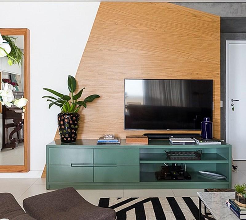 sala de estar com rack verde e madeira