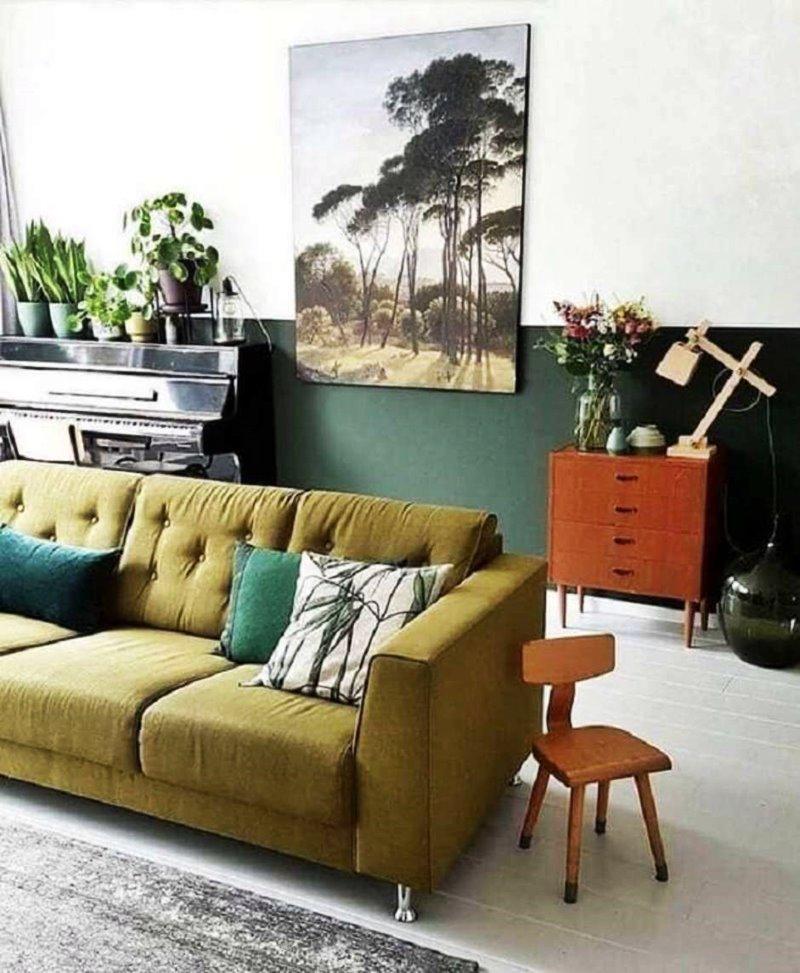 sala decorada com sofá e parede verde