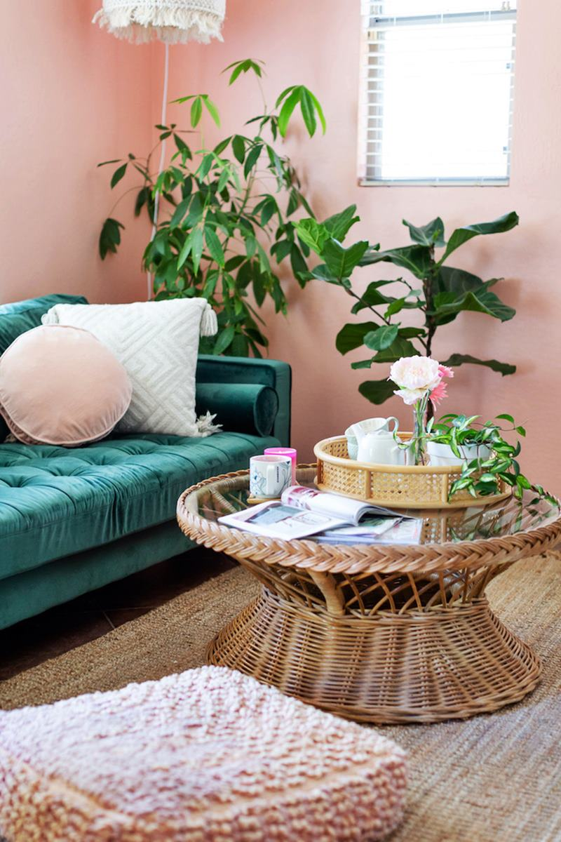 Sala rosa com sofá verde