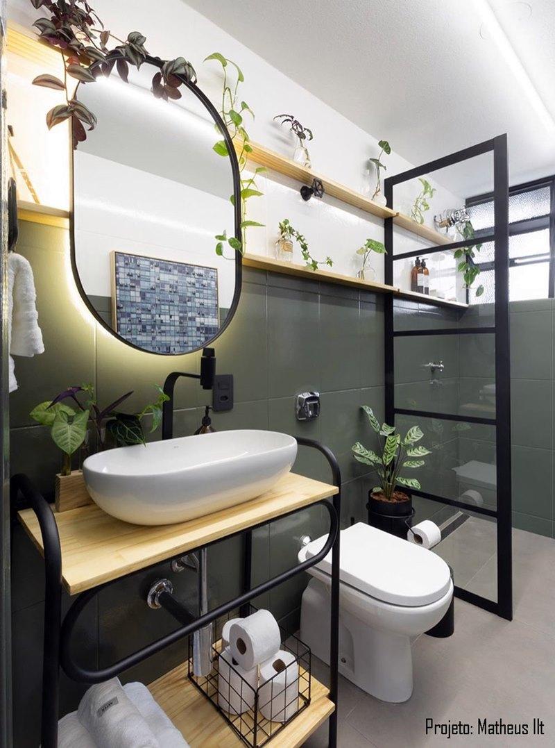 Banheiro estilo industrial com espelho na frente da prateleira