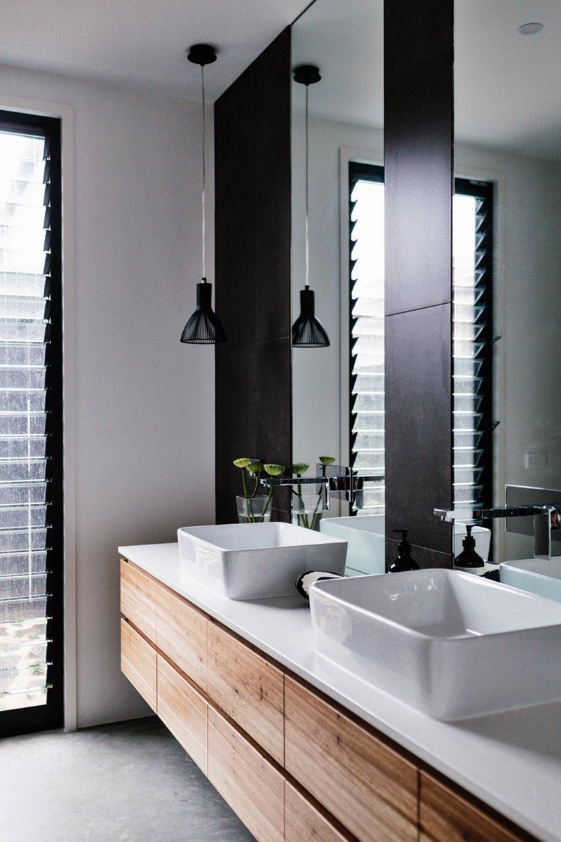 Banheiro madeira branco e preto