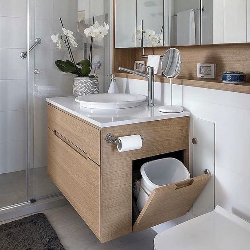 banheiro pequeno com bancada em marcenaria espelho no armário