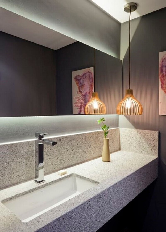 banheiro com espelho iluminado por trás, acima da bancada
