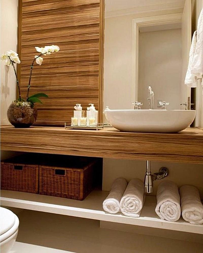 banheiro bege e madeira espelho a partir da bancada