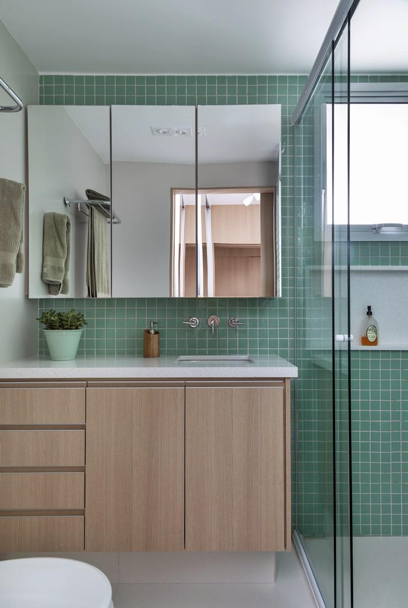 Espelhos no banheiro - banheiro com pastilhas verdes