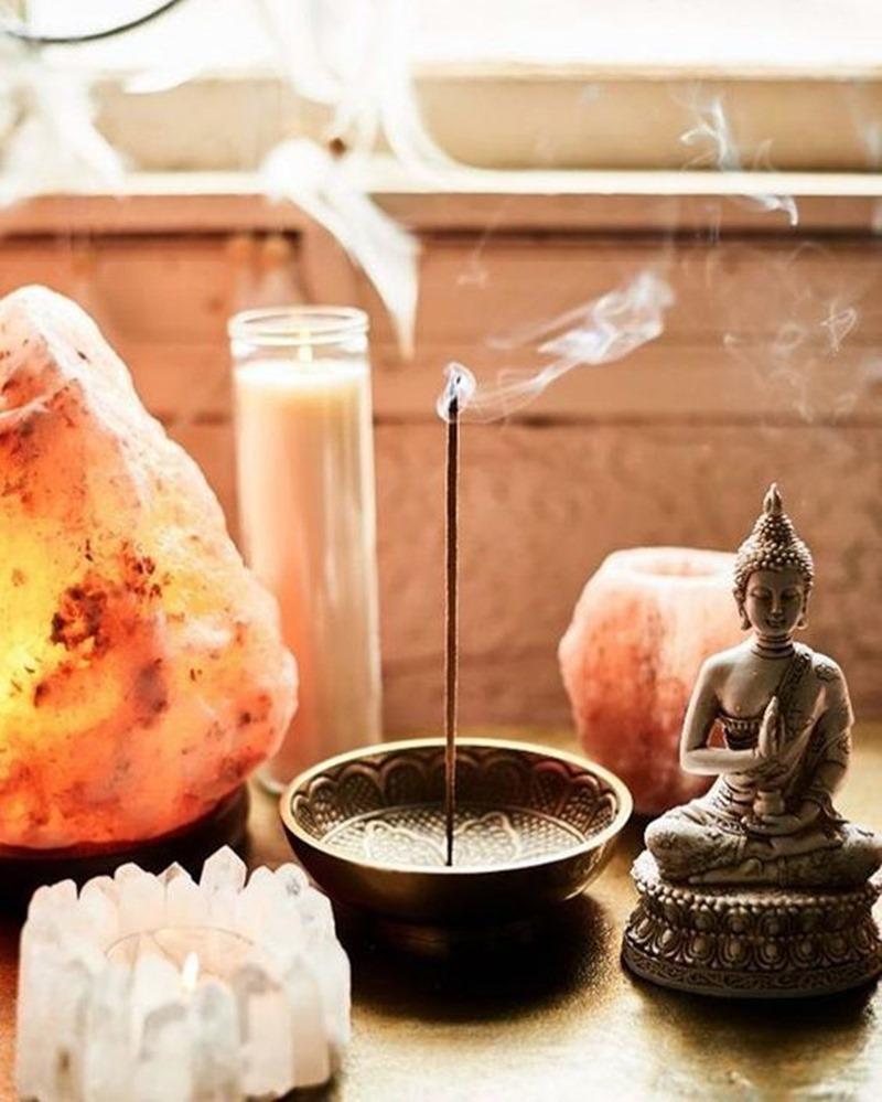 velas cristais e incenso