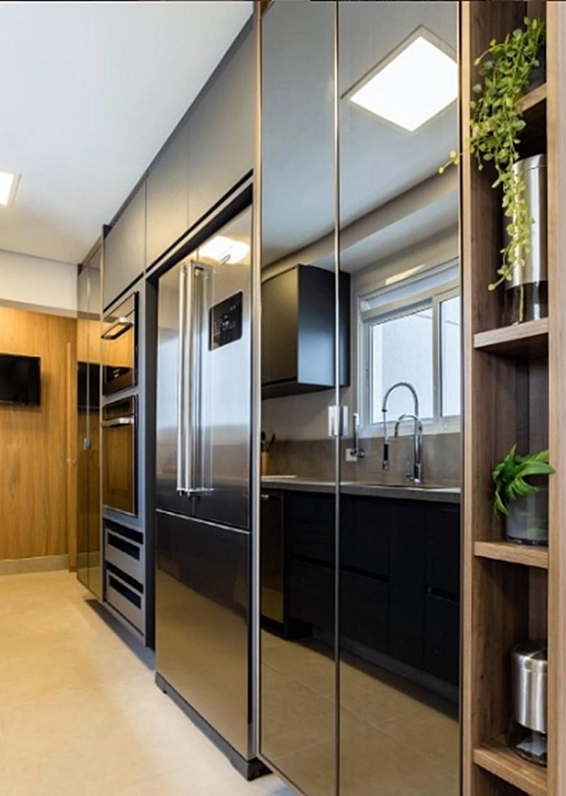 cozinha em cinza com geladeira french door